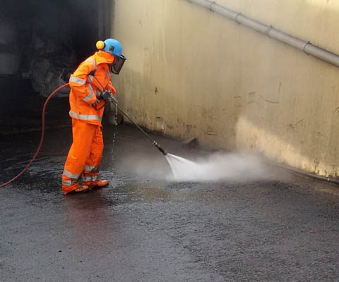 Roughening the asphalt surface of a ramp